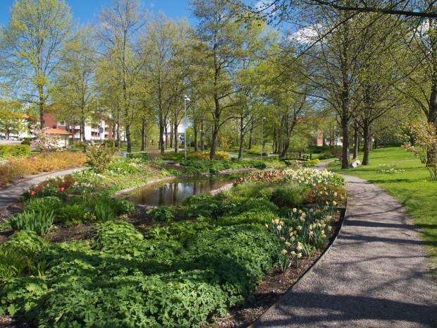 Sinnenas trädgård i Källparken, riktning norr.